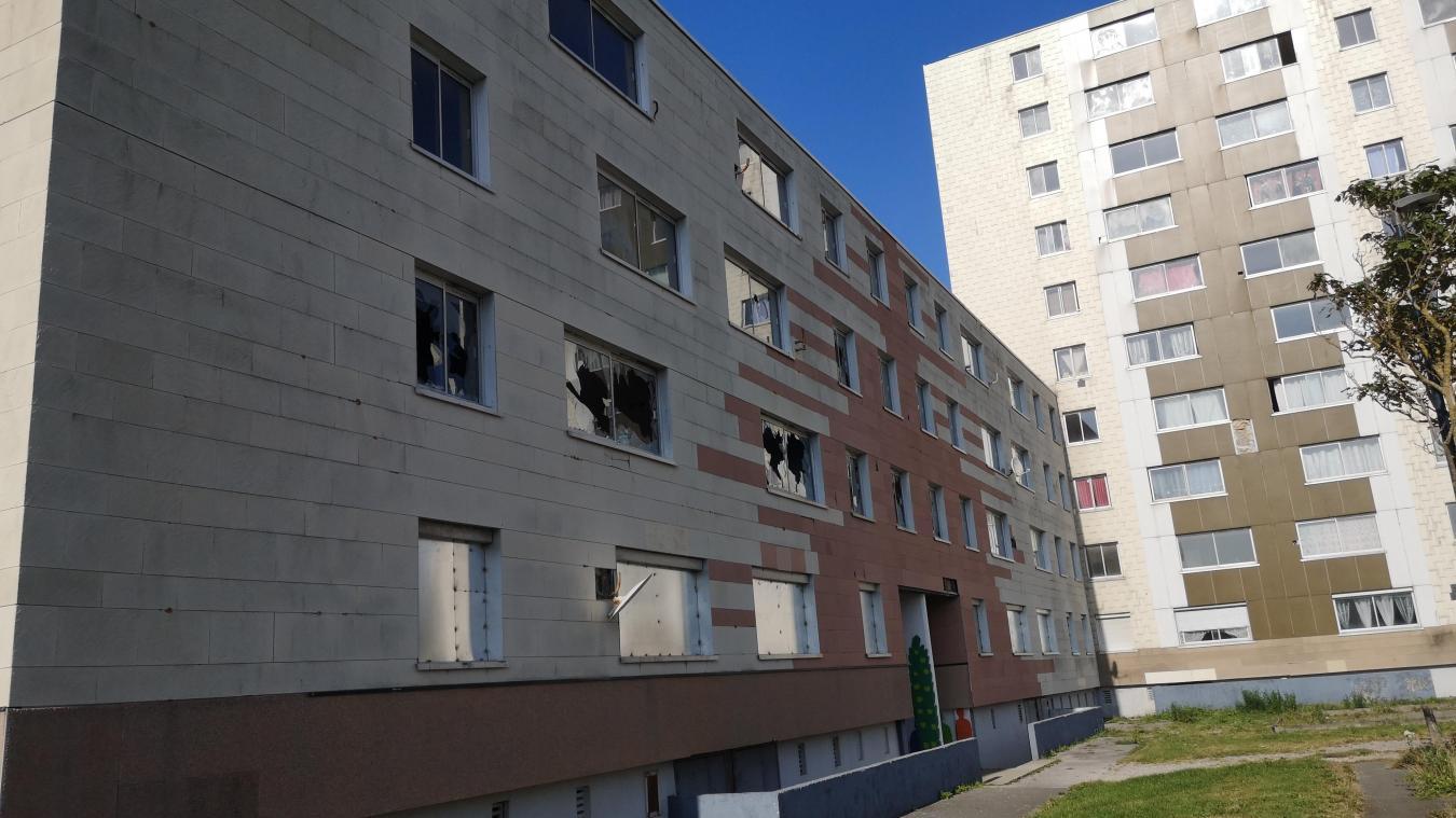 Rue d'Ajaccio, certains bâtiments ont été caillassés, les vitres ont été brisées. Certains habitants souhaitent la destruction de ces derniers.