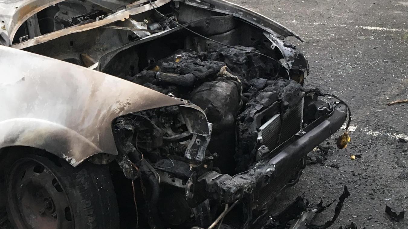 Pour effacer leurs empreintes, ils mettent le feu à la voiture…
