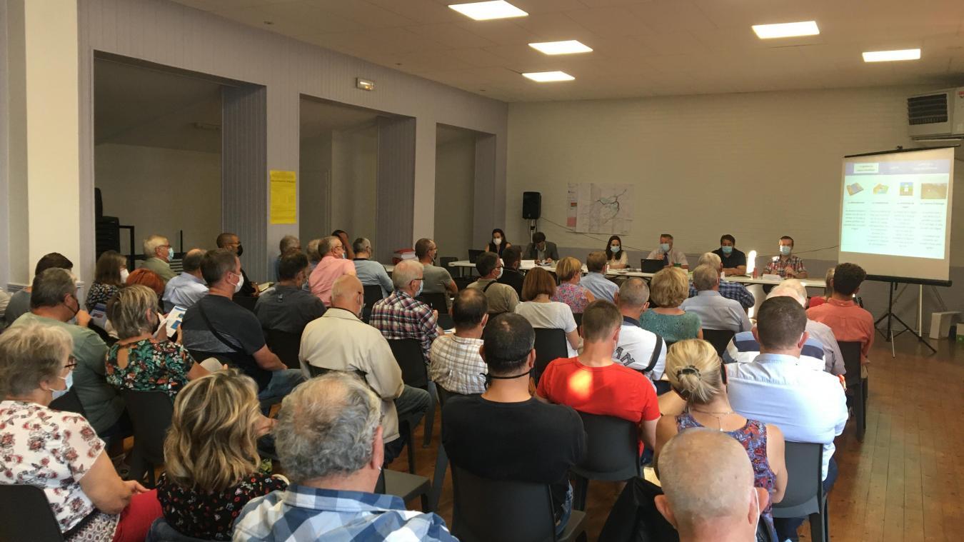 Une cinquantaine de personnes est venue assisster à la réunion de présentation du dossier.