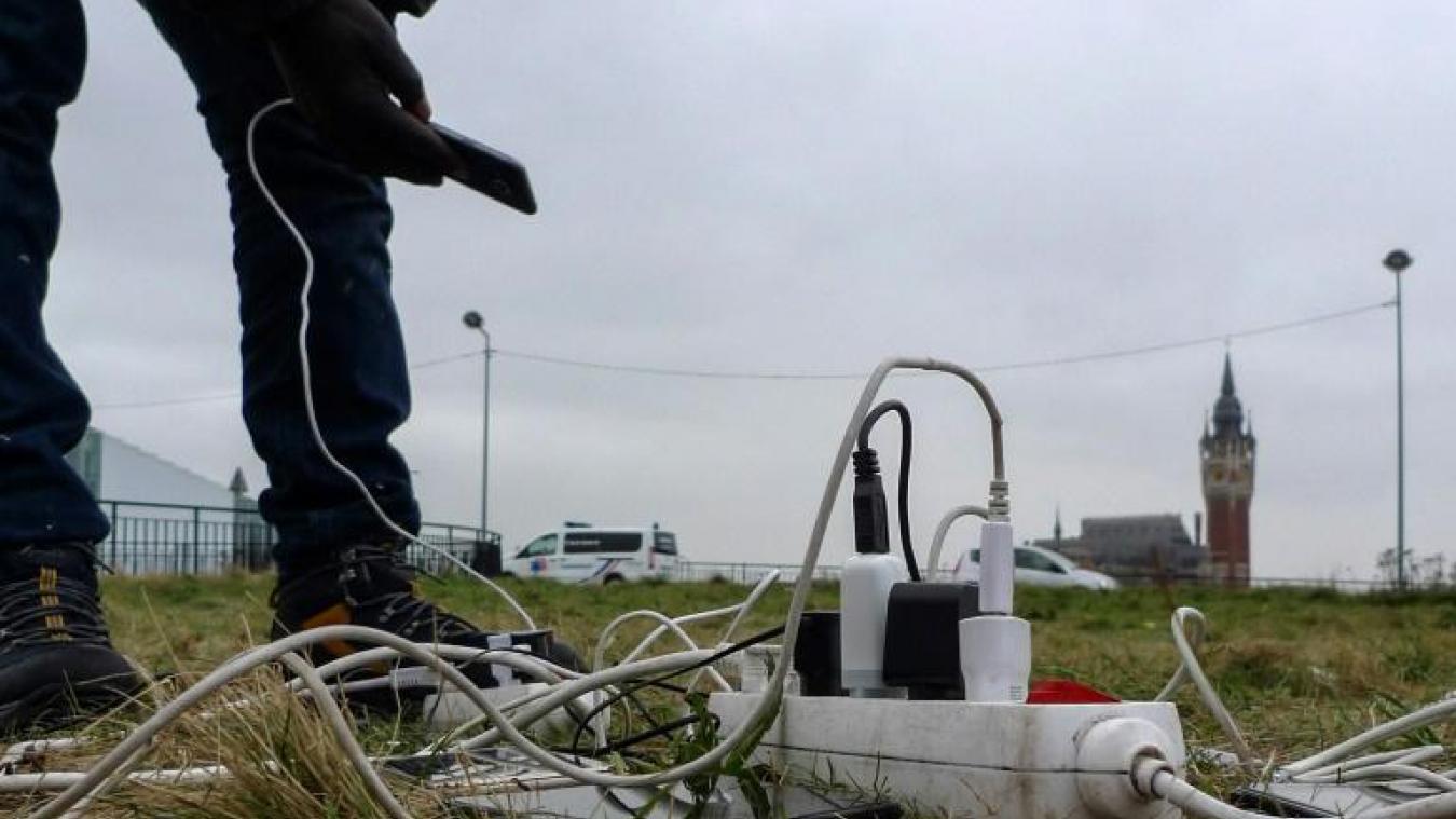 Recharger son téléphone portable a toujours été un impératif pour les migrants à Calais.