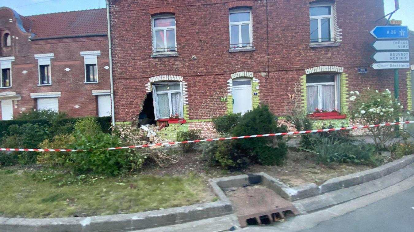 La maison a été frappée au niveau de la sortie du rond-point.