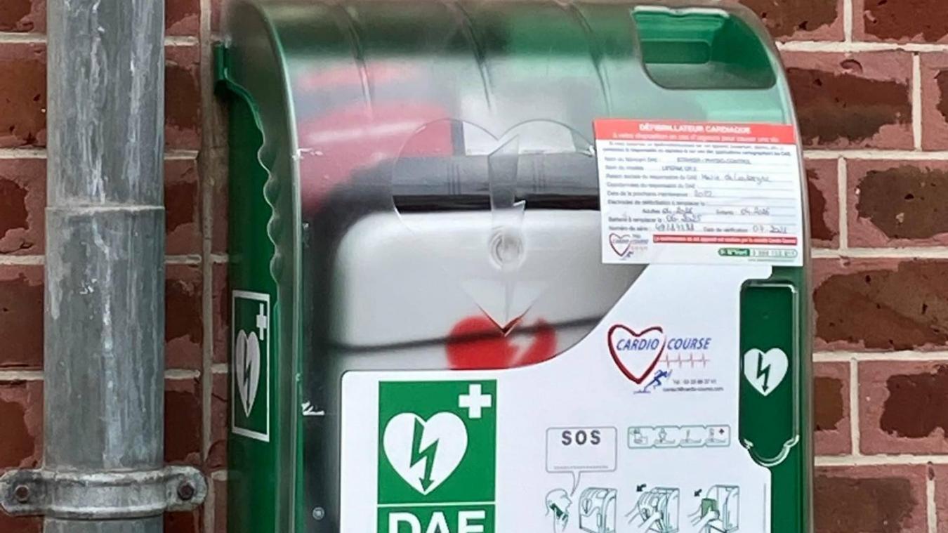 Le défibrillateur est accessible à tous pour aider à la réanimation d'une victime de crise cardiaque.