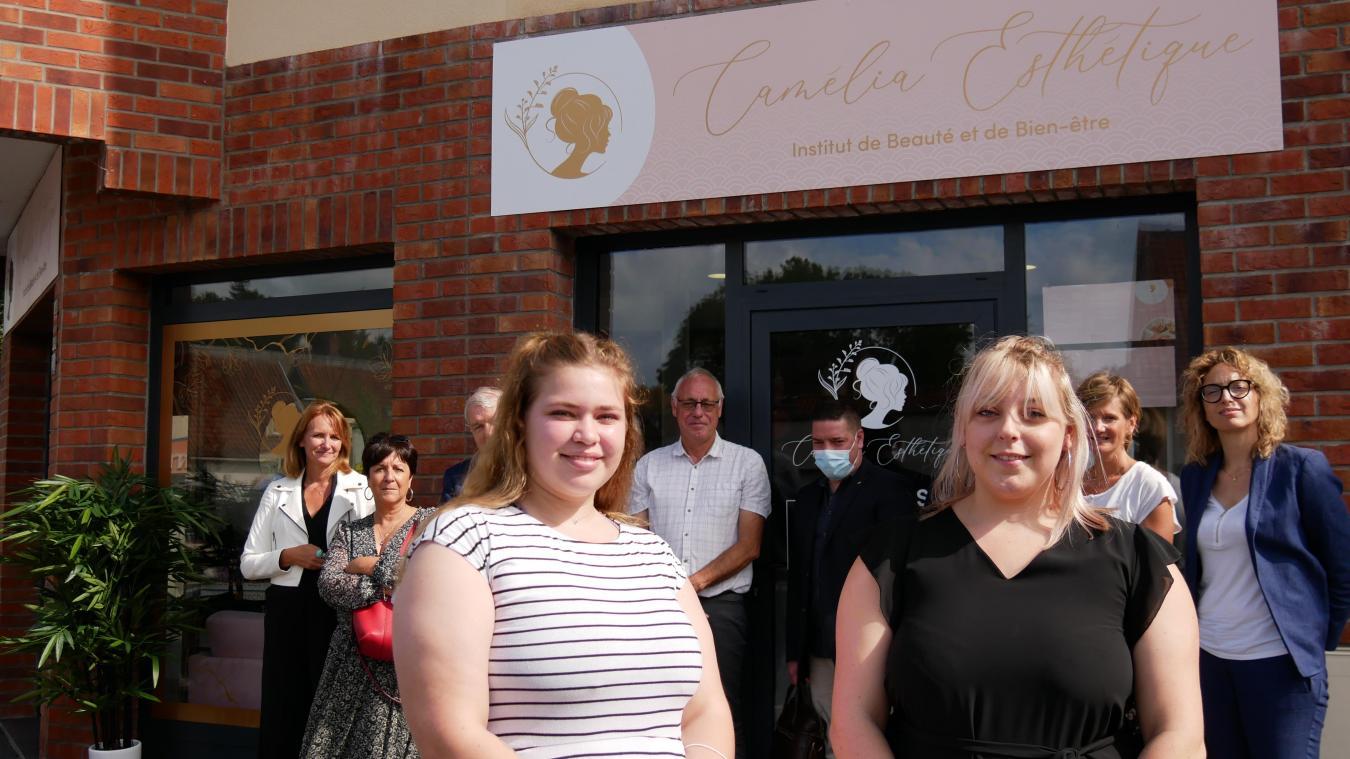 Camille Vanlerberghe (à gauche) et son apprentie devant leur boutique, ouverte le mardi 7 septembre dernier.
