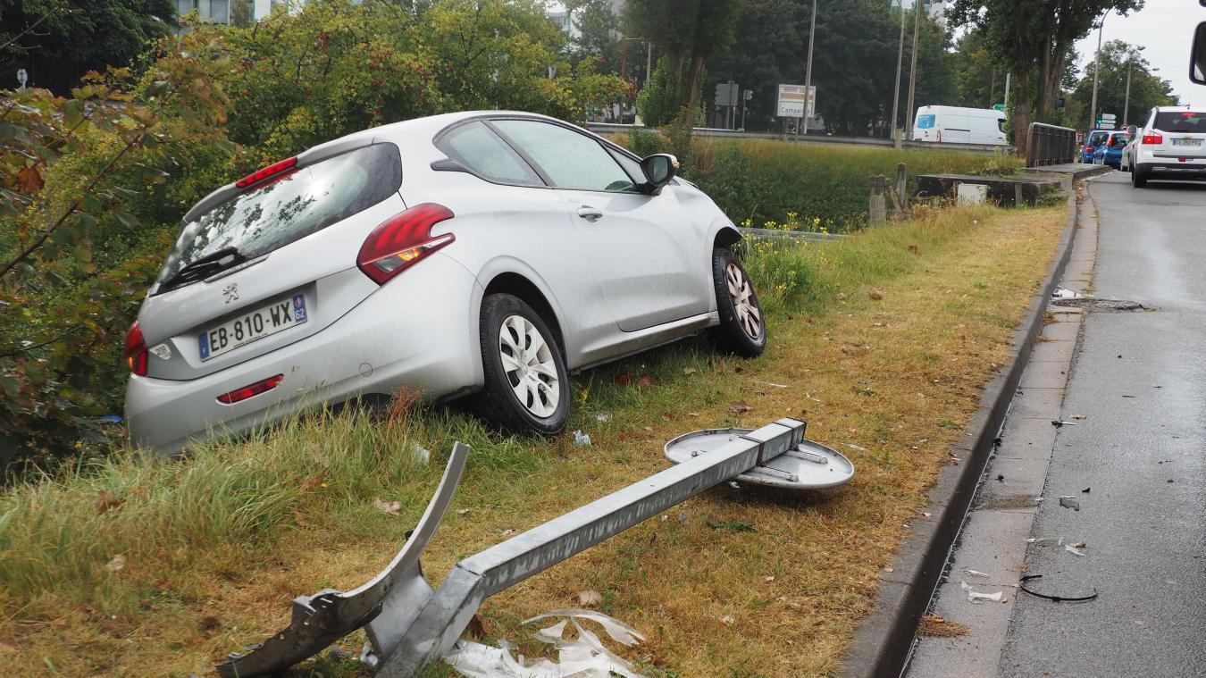 La voiture aurait pu chuter dans le canal.