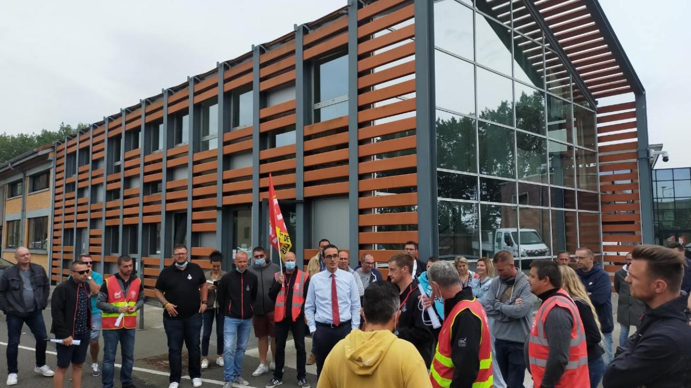 La grévistes ont échangé avec Benoît Rochet, directeur adjoint de la SEPD, dans la cour de l'outillage. Photo CGT port