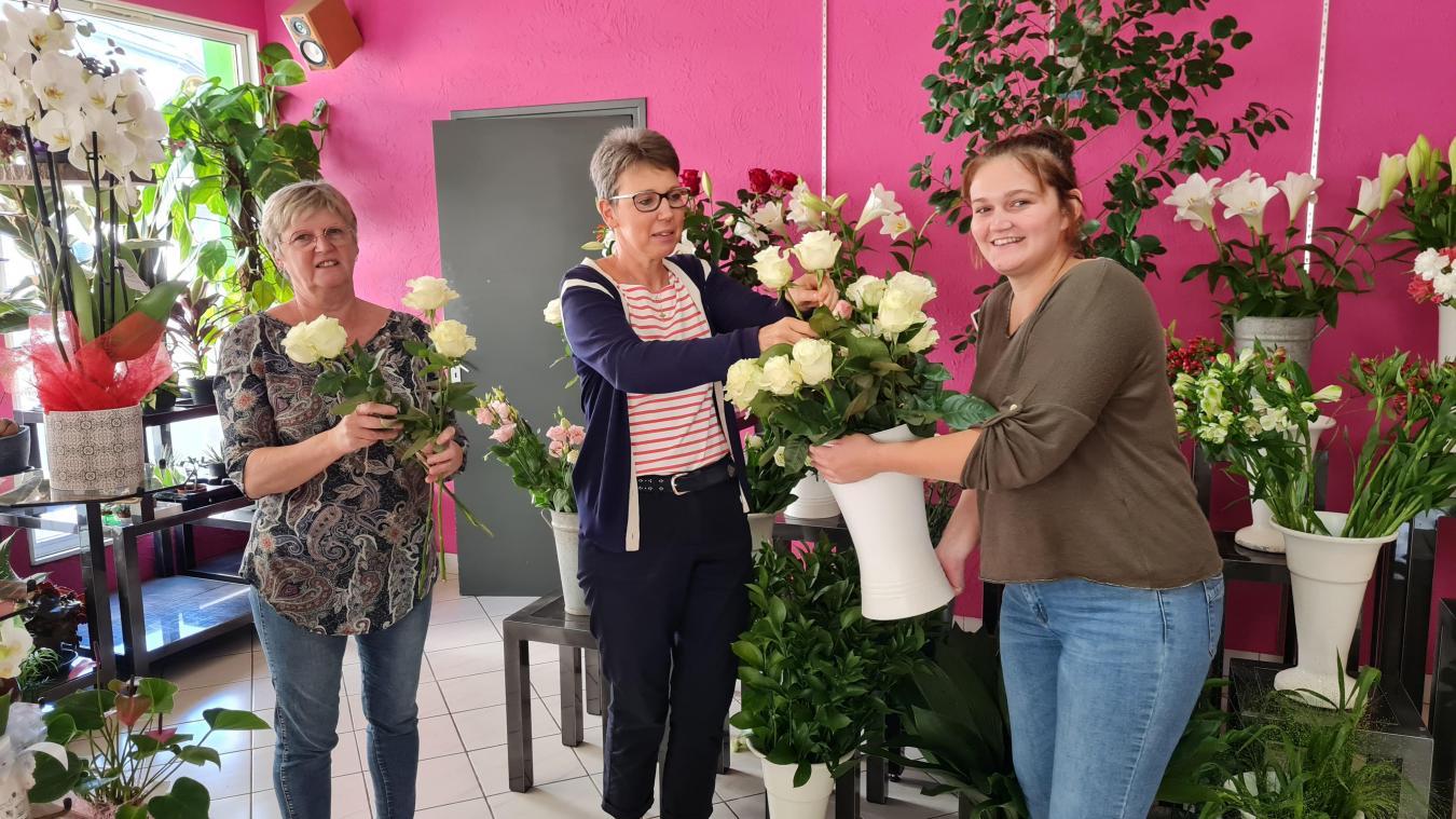 Au milieu de la boutique, elle remercie ses employées, apprenties, clients.