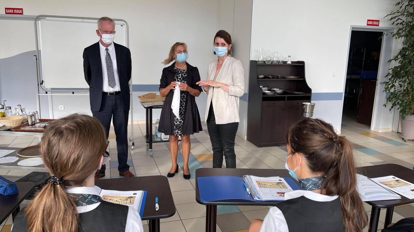 Thierry Cuvelier, le proviseur, et Mme Hersoy, chef des travaux (à droite) venus conforter ce professeur dans l'importance de la tenue vestimentaire pour le service en salle