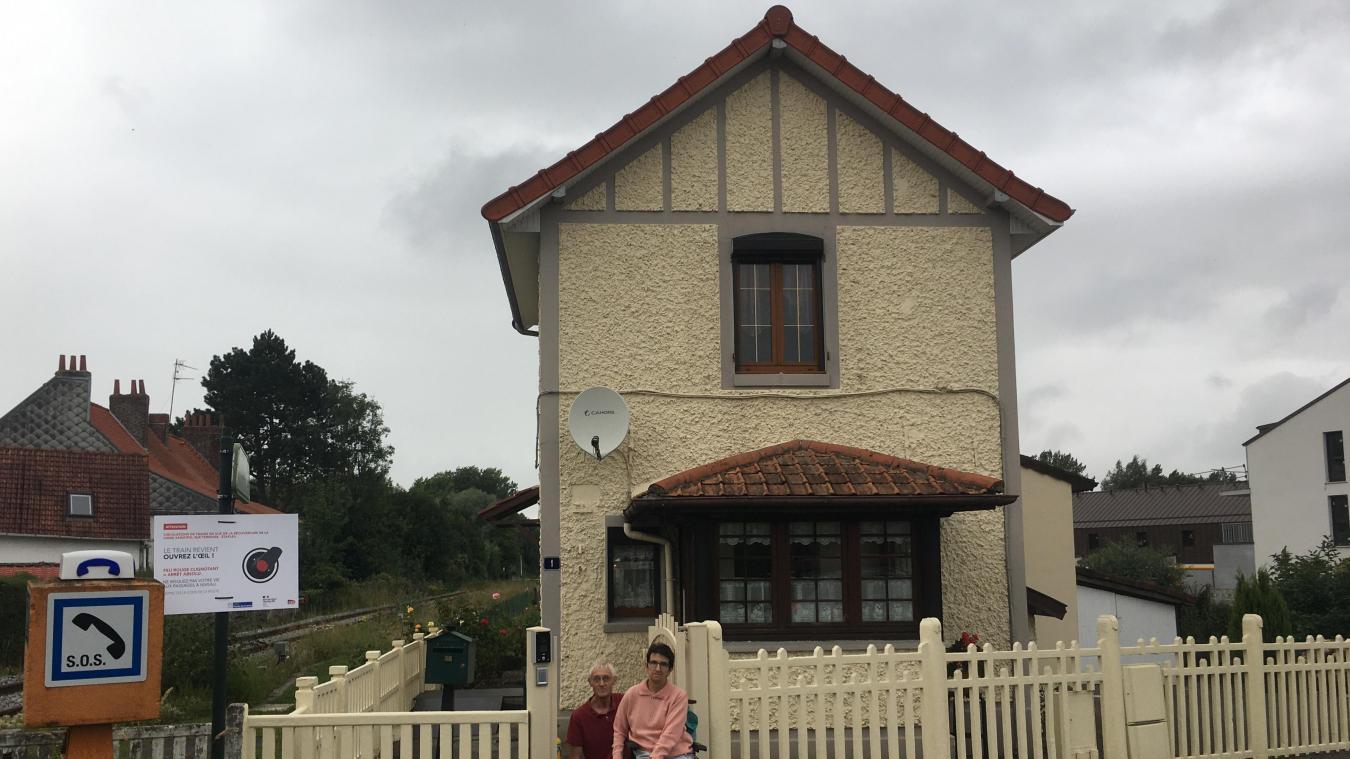 Bernard et Myriam Roquet habitent depuis 1977 dans cette ancienne maison de garde barrière. Une maison qu'ils ont transformée au fil des années.