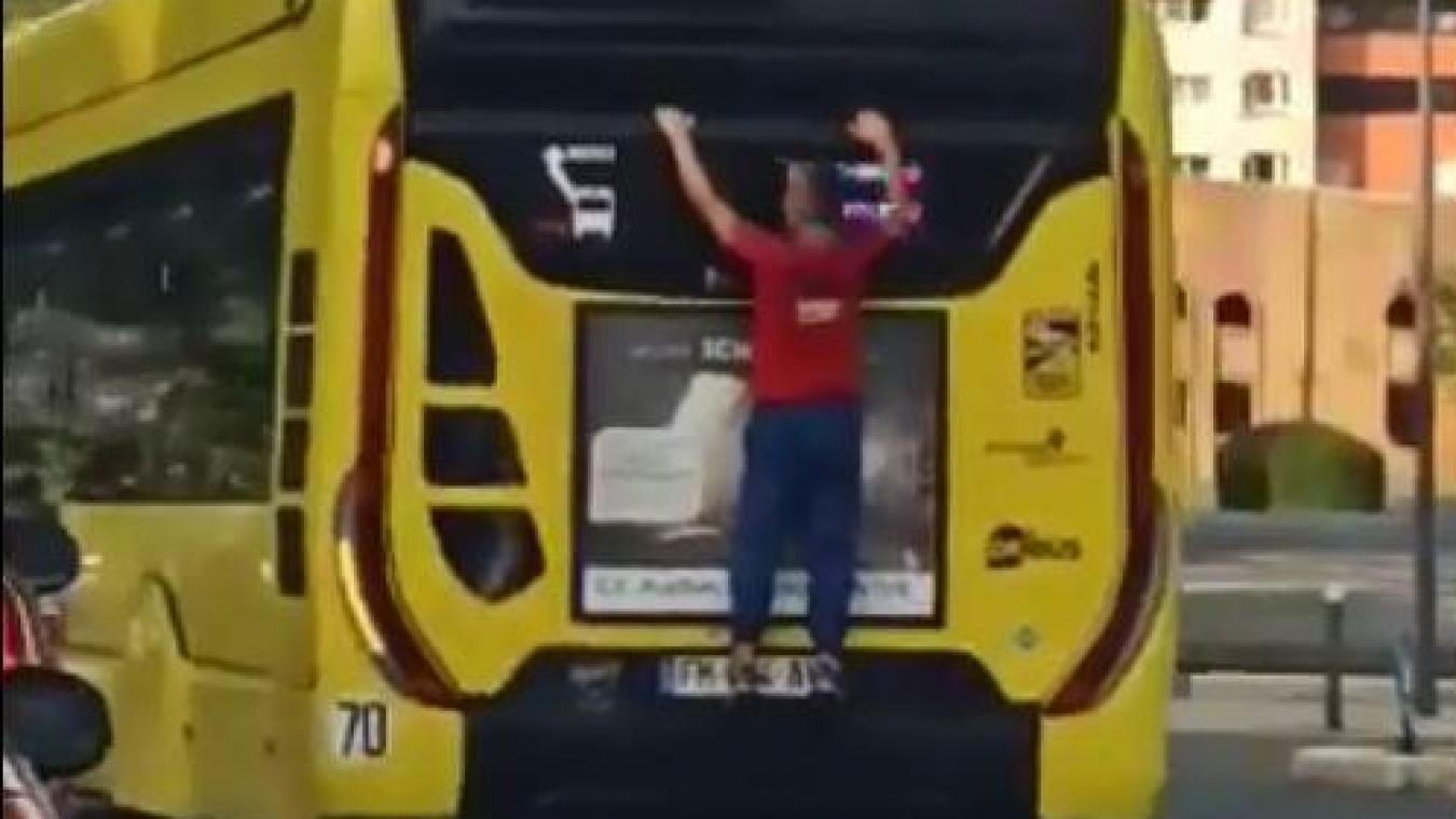 L'homme a été filmé en équilibre à l'arrière d'un bus le 9 septembre.