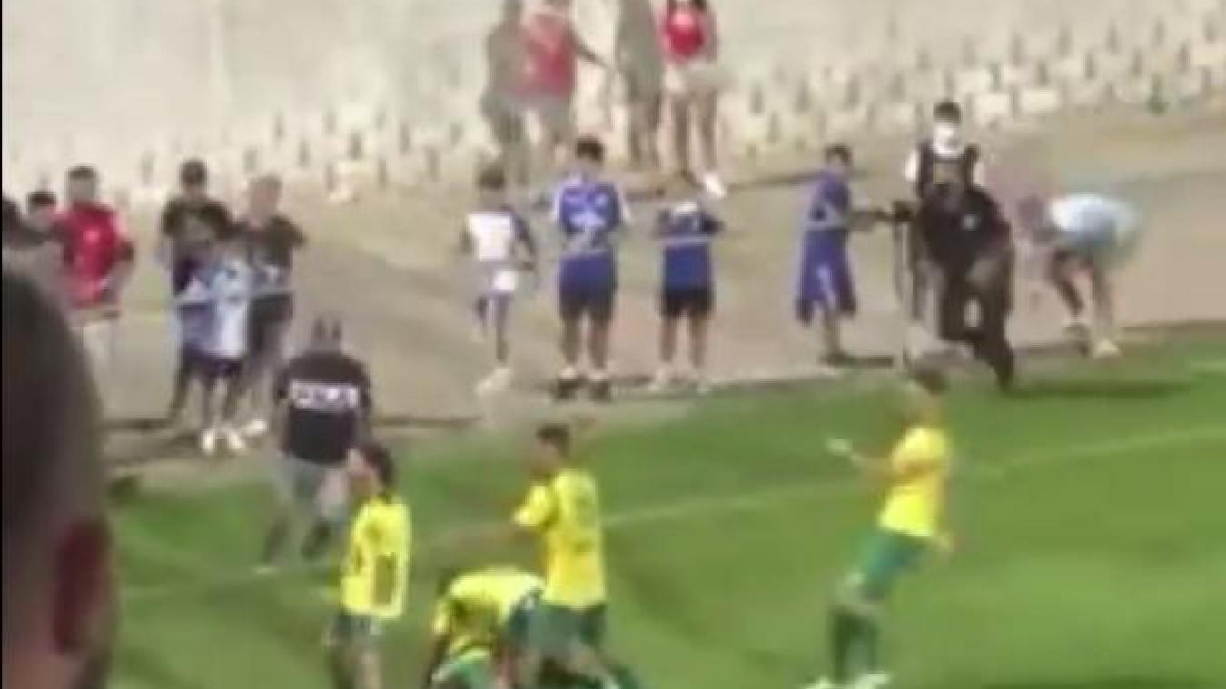Le spectateur portant un pull noir de marque Fila est descendu agresser un joueur de Los Barrios.