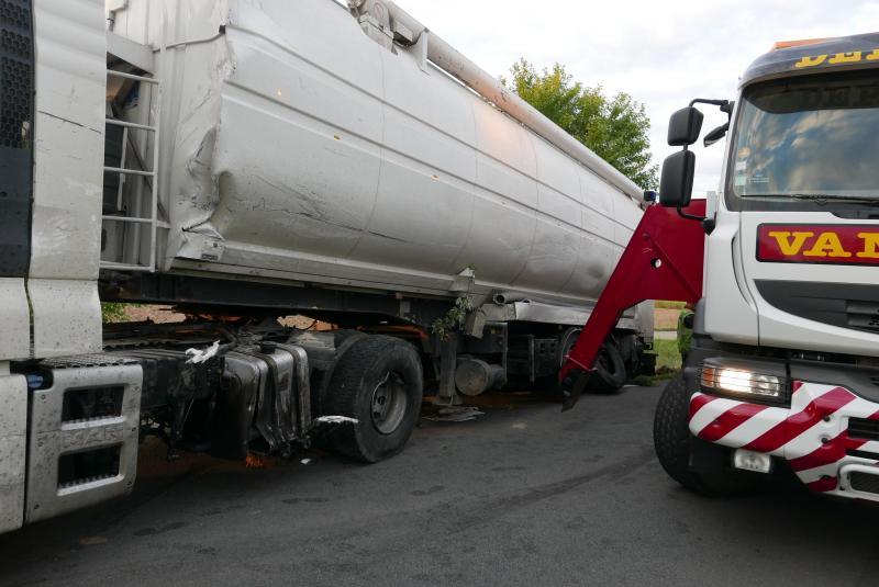 El impacto se produjo en el borde del tanque;  el camión loco luego rasgó el costado del otro vehículo.