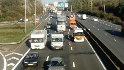 Des perturbations sur l'A16 après un accident entre un camion et une voiture