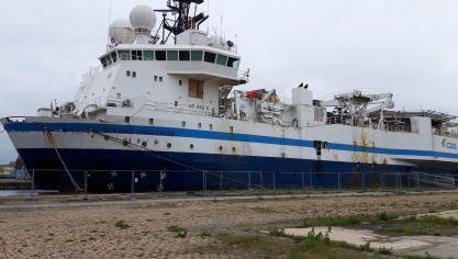 Un des quatre navires stationnés au port largue les amarres