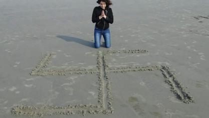 Quand une candidate aux Européennes dessine une croix gammée sur la plage de... Boulogne