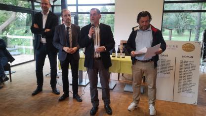 Au micro, Didier Merlot (gérant du golf) entouré du président de l'ASGCB Gérald Lestoquoy (à droite), avec le maire et son 1 er  adjoint. Ce dernier a annoncé la réfection du parking en 2020.