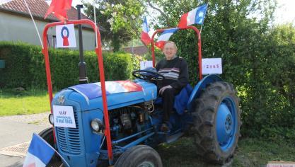 Vieil-Moutier : un tracteur bleu blanc rouge pour l'armistice