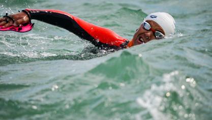 Le défi des 2 caps relevé en 7 h 30 par Philippe Croizon et ses nageurs