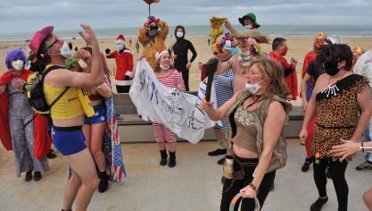 Plus d'une centaine de personnes pour le bain du Nouvel An à Calais (photos)