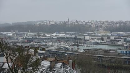La neige a plus de mal à tenir en bord de mer, comme ici à Boulogne et au Portel (au loin).