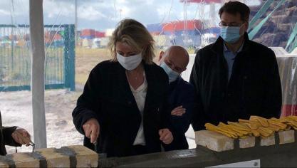 La ministre de la Transition écologique Barbara Pompili posait la première pierre pour le projet d'extension du port sec de Dunkerque.
