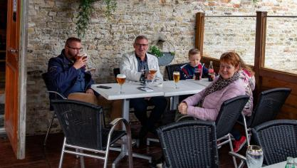 Les premiers clients de la Taverne de Vauban à Bergues. Jacky Devos
