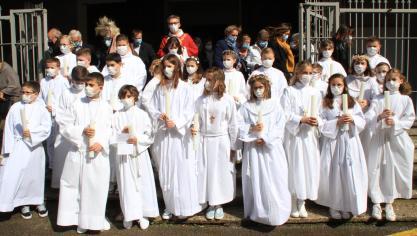 Les jeunes communiants à l'issue de la première cérémonie célébrée par l'Abbé Luc Dubrulle samedi soir 22 mai, à Étaples-sur-Mer.