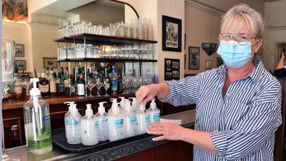 Pour être en conformité avec la réglementation sanitaire Claire Conte, du restaurant l'Histoire Ancienne, prépare les flacons de gel hydroalcoolique.