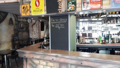 La Fabrik n'était restée ouverte que comme débit de tabac... Mais le bar de quartier, rue André Gerschel, espère renouer dès aujourd'hui avec ses habitués et prévient d'emblée: dernier service à 22h30!