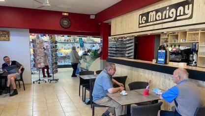 Au Marigny, au Pont du Leu, les clients reprennent tranquillement leurs habitudes devant le bar totalement rénové par le patron José.