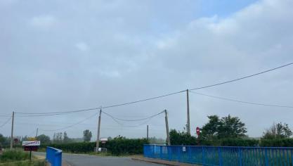 Ciel gris dans le Calaisis mais déjà des trouées de ciel bleu apparaissent.