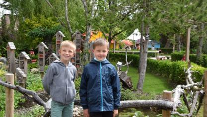 Charles et Liam devant la cité des insectes.