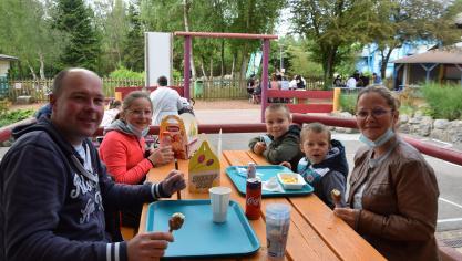 Pause déjeuner pour Alexandre et Elise, qui sont partis tôt ce matin de Dieppe avec leurs enfants.