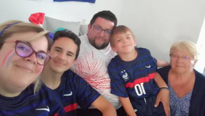 «Voici la photo de notre famille qui soutient les bleus», note Karim.