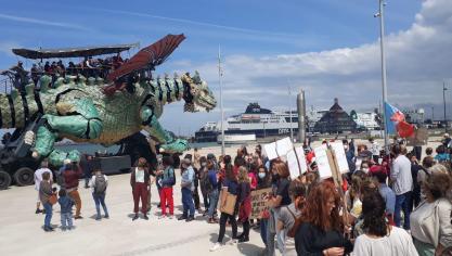 Calais: les associations manifestent contre l'interdiction de distribuer des repas aux migrants en centre-ville