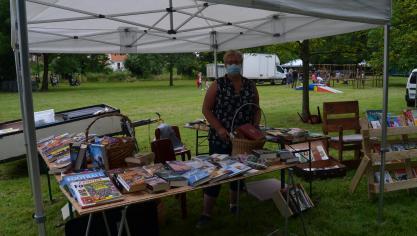 Geneviève Sarrazin vendait des livres. Page Facebook: le livre dans mon salon.