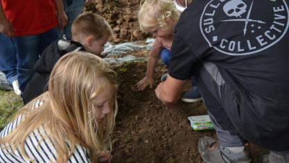 Les enfants ont pu apprendre à planter des graines.