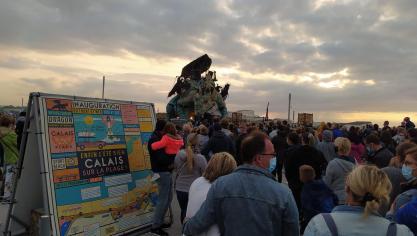 Plusieurs centaines de personnes sont réunies autour du Dragon pour son dernier spectacle de la journée