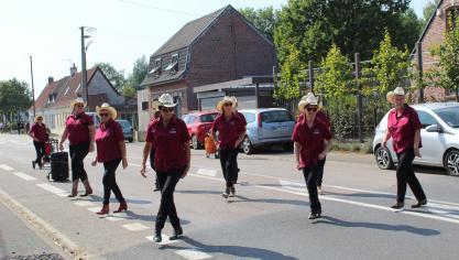 Les danseurs du Just Country'S Dancers du Doulieu étaient présents à la cavalcade de Neuf-Berquin.