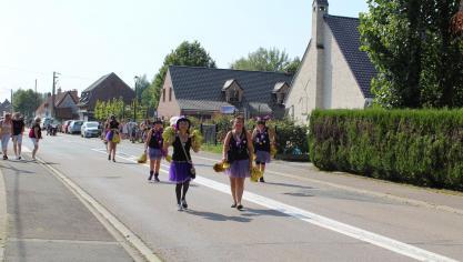 Les membres d'Outtersteene en fête dansaient tout le long du parcours.