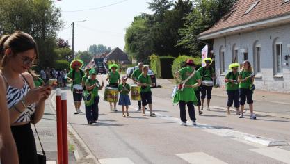 Les Bell'batuc de Bailleul, groupe de musiciens amateurs de percussions brésiliennes, ont ambiancé les rues de Neuf-Berquin.